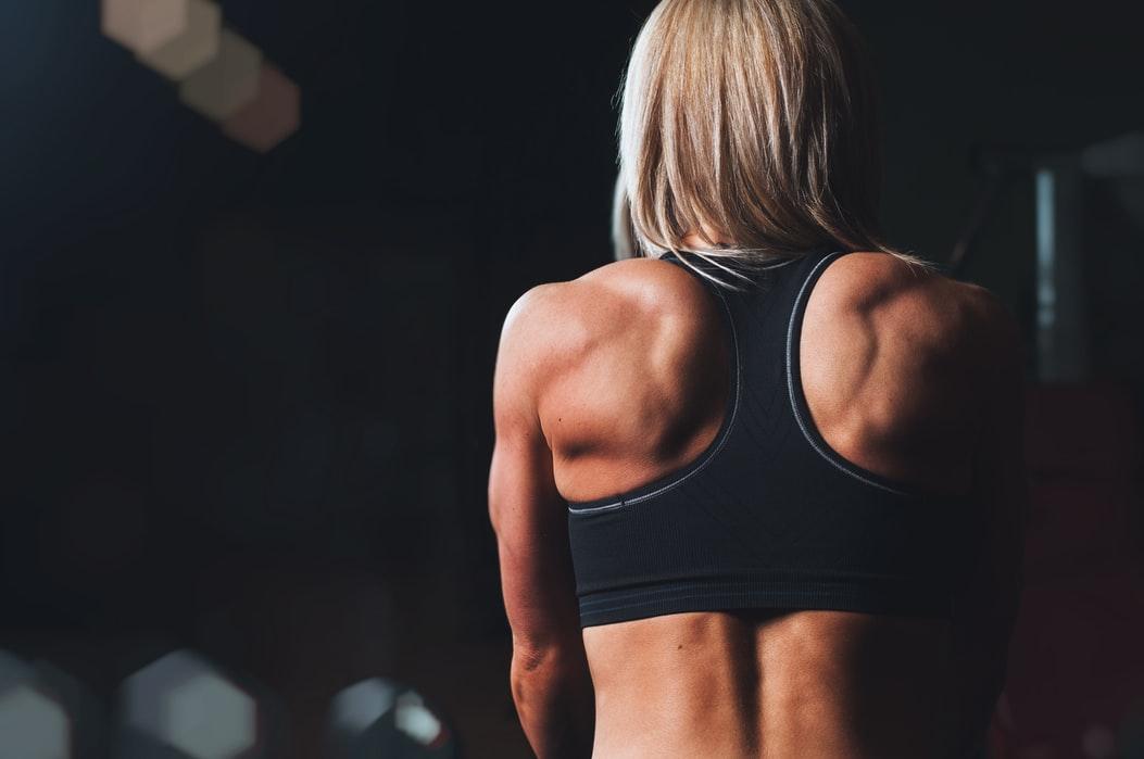胸の垂れを筋トレで治すなら背筋も同時に鍛えた方がいい理由!
